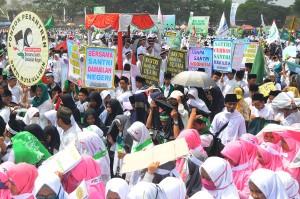 Dalam peringatan tersebut menyerukan sejarah penyebaran Islam Nusantara, Tasikmalaya sudah dikenal sebagai salah satu daerah penyebaran Islam terbesar di Indonesia dan mengajak untuk memperkuat silaturahim para santri dan ulama di Indonesia dan dunia. Antara Foto/Adeng Bustomi