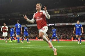 Terus menggempur pertahanan Leicester, The Gunners baru bisa menyamakan kedudukan di akhir babak pertama lewat Mesut Ozil.