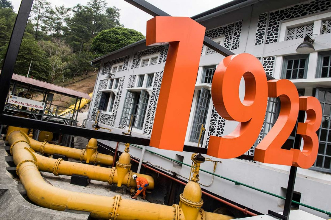 PLTA Bengkok yang berlokasi di kawasan Bandung utara dibangun oleh  Perusahaan Tenaga Air Negara Dataran Tinggi Bandung (Landiswaterkrachtbedrijf Bandung en Omstreken atau Gemeenschappelijk Electrisch Bedrijf Bandoeng en Omstreken) pada 1923.
