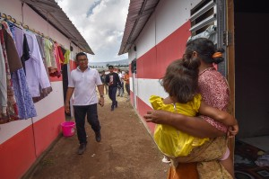 Direktur Bisnis Kecil dan Jaringan PT Bank Negara Indonesia (BNI) Catur Budi Harto (kiri) mengunjungi warga korban gempa yang sudah menempati Hunian Sementara (Huntara) di Desa Sajang, Kecamatan Sembalun, Lombok Timur, NTB.