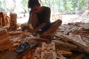 Pengrajin di Desa Kawak, Kecamatan Pakisaji, Kabupaten Jepara, membuat rehal atau bangku kecil khusus tempat menaruh Alquran.