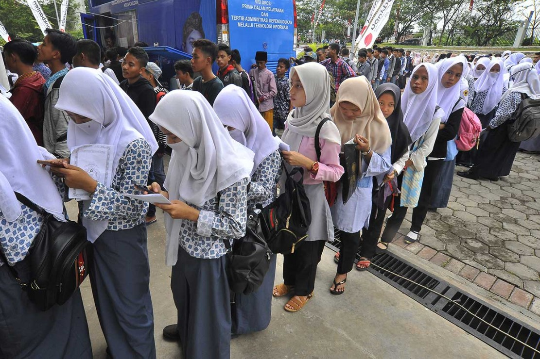 Sejumlah remaja antre untuk mengurus pembuatan KTP Elektronik di Dinas Kependudukan dan Keluarga Berencana Pemprov Banten, di Serang, Selasa, 23 Oktober 2018.