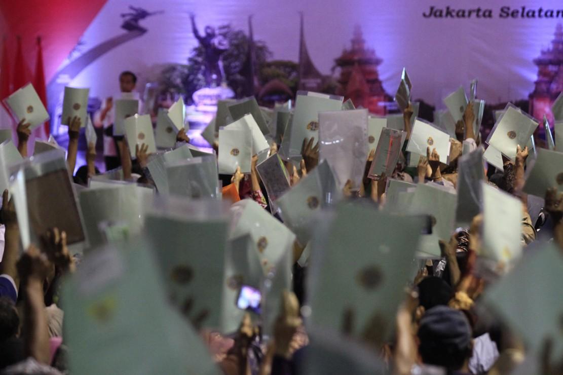 Presiden Joko Widodo menyerahkan 5.000 sertifikat untuk warga Jakarta Selatan yang nantinya sebanyak 40.600 bidang tanah di Jakarta Selatan akan diselesaikan penyerahan sertifikatnya.
