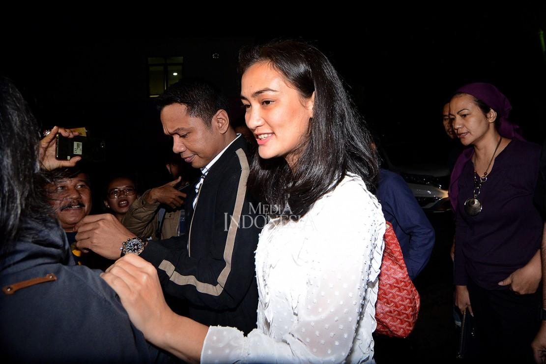 Putri Ratna Sarumpaet, Atiqah Hasiholan memenuhi panggilan pemeriksaan sebagai saksi di Gedung Direskrimum Polda Metro Jaya, Jakarta.