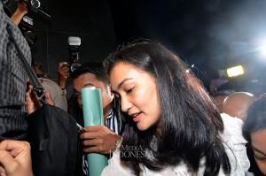 Ratna Sarumpaet telah ditetapkan sebagai tersangka dalam kasus hoaks tentang pengakuannya bahwa dia menjadi korban pengeroyokan di Bandung beberapa waktu lalu. Saat ini Ratna tengah menjalani masa penahanan di Polda Metro Jaya.