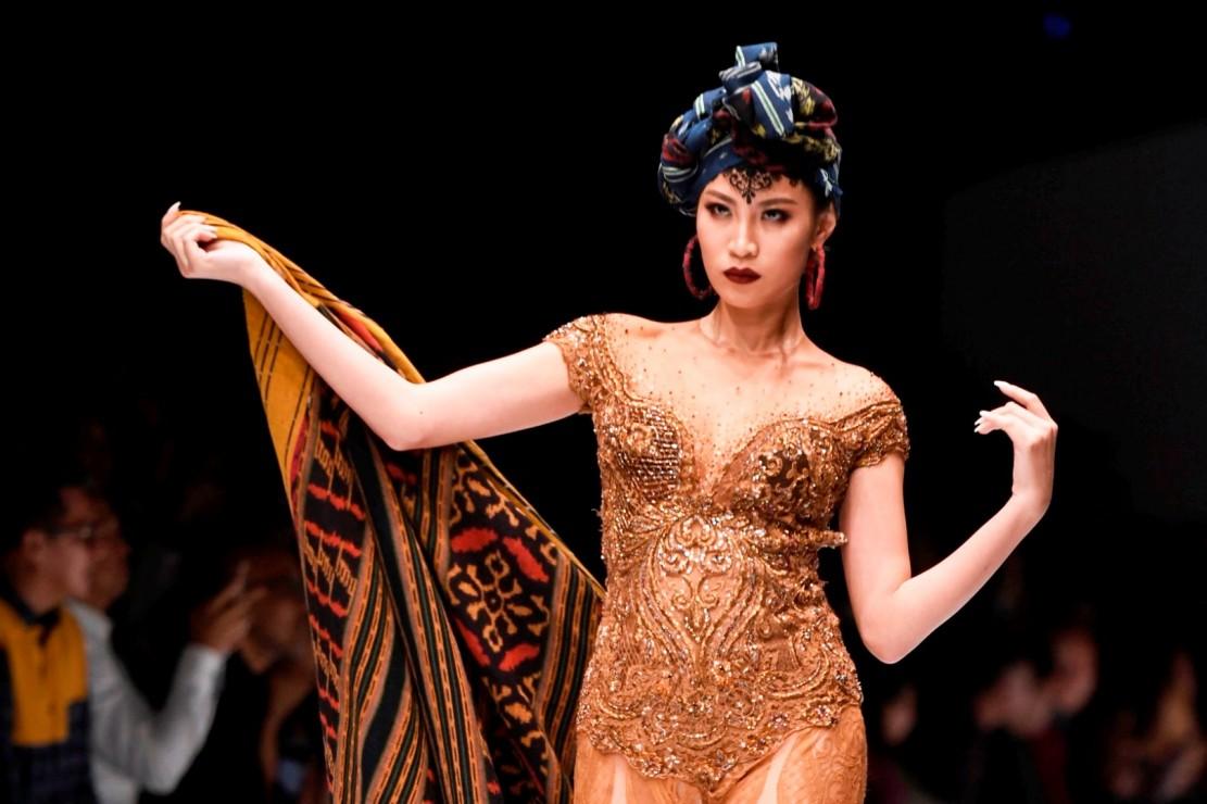 Anne Avanti adalah desainer yang dikenal intensif mengolah kebaya dan motif kain khas Nusantara.
