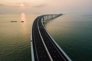 Perpaduan jembatan, terowongan, dan pulau buatan yang totalnya mencapai 55 kilometer itu diklaim oleh media Tiongkok dan Hong Kong sebagai terpanjang di dunia. Rentang jembatan di atas laut itu juga menghubungkan tepi barat dan timur Sungai Mutiara.