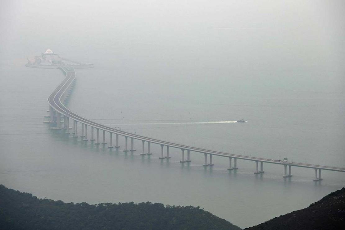 Studi kelayakan jembatan tersebut memakan waktu selama lima tahun dan konstruksinya membutuhkan waktu sembilan tahun. Jembatan mampu menghubungkan secara fisik penduduk Hong Kong, Makau, dan Provinsi Guangdong dalam waktu kurang dari satu jam.