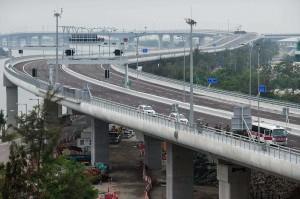 HZMB diharapkan bisa memperkuat relasi perdagangan, keuangan, logistik, dan pariwisata di ketiga wilayah, demikian dilaporkan China Daily. Pembangunan konstruksi jembatan dimulai pada 2009 dan semula akan dibuka pada 2016.