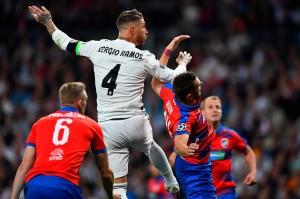 Bermain di hadapan pendukung sendiri, Real Madrid memulai inisiatif serangan. Beberapa peluang didapat, salah satunya lewat Sergio Ramos. Namun sayang sundulannya masih melambung.