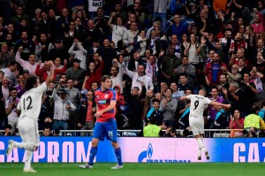 Tandukan Karim Benzema di awal babak pertama membawa juara Eropa tiga kali secara beruntun Madrid memimpin 1-0.