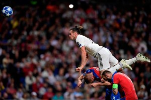 Aksi Gareth Bale saat berusaha mencetak gol ke gawang Plzen.