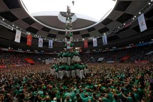 Puluhan kelompok yang terdiri dari ratusan orang akan berlomba membuat menara manusia tertinggi untuk dapat membawa pulang hadiah.