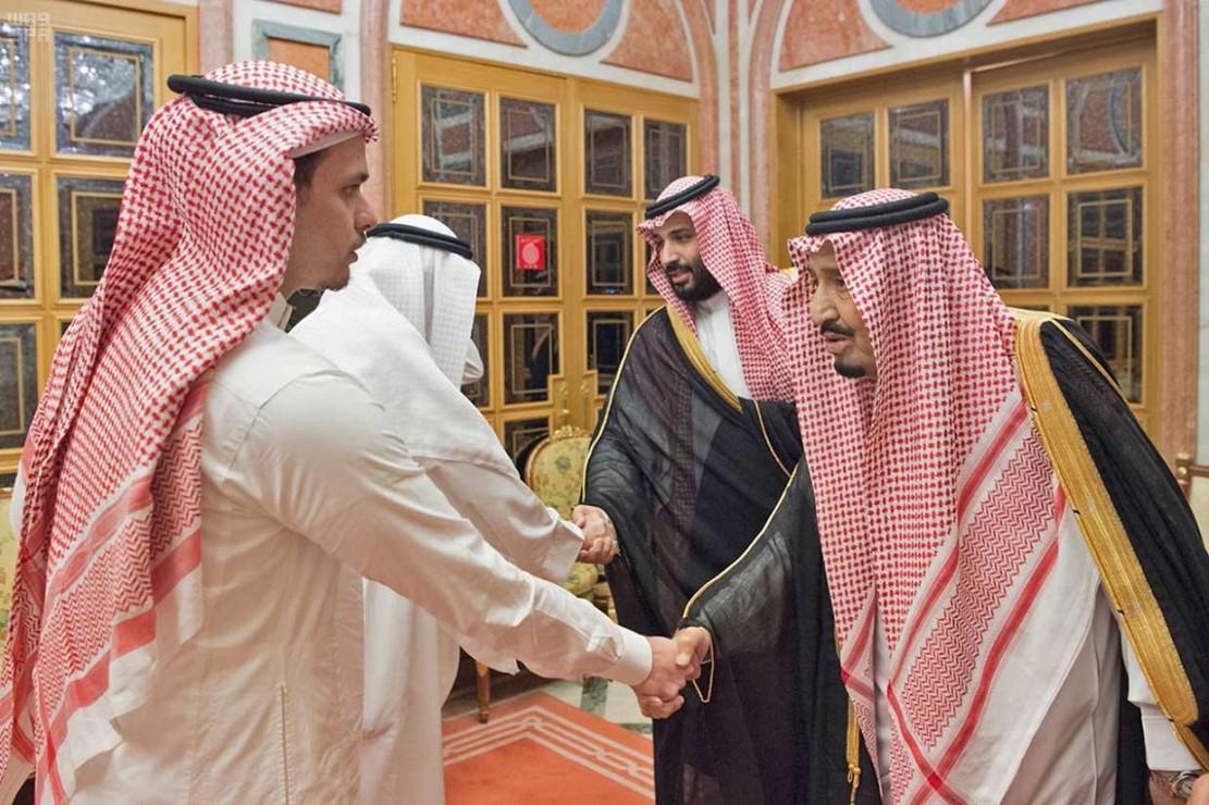Raja Salman dan Putra Mahkota Mohammed bin Salman bertemu putra Jamal Khashoggi, Salah dan Sahel di Istana Kerajaan di Riyadh, Selasa, 23 Oktober 2018.