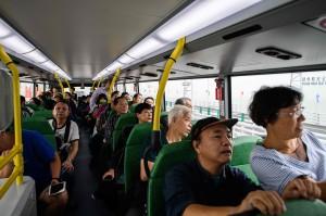 Penumpang yang memiliki tiket bersiap melakukan perjalanan menuju Macau melintasi jembatan terpanjang di dunia yang menghubungkan Hong Kong-Macau-Zhuhai di Tiongkok.