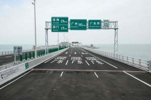 Garis merah di ujung jembatan menunjukkan batas antara Hong Kong dan Macau. atau sebagai penanda dari kedua wilayah. Selain itu juga terdapat rambu-rambu yang menunjukkan jarak menuju ke beberapa destinasi.