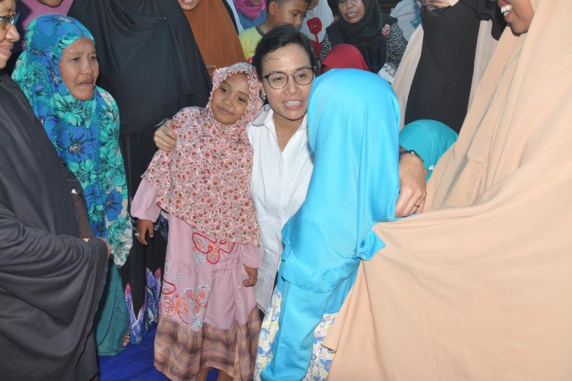 Menteri Keuangan, Sri Mulyani saat berkunjung ke posko pengungsian korban gempa dan tsunami di Palu, Sulawesi Tengah.
