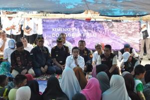 Selain itu, Sri Mulyani juga mengunjungi dan menyerahkan bantuan kepada pengungsi dilokasi pengungsian.