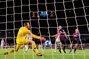 Gelandang Rafinha membuka keunggulan Barca atas klub yang sempat ia perkuat pada musim lalu, pada menit ke-32. Tendangan first time Rafinha menyambar umpan silang Luis Suarez merobek gawang Inter yang dijaga Samir Handanovic.