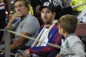 Messi hanya bisa duduk di bangku penonton melihat rekan-rekannya berjuang melawan Inter Milan.