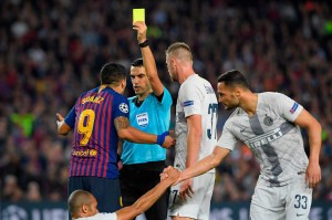 Luis Suarez diganjar kartu kuning karena melanggar pemain lawan.