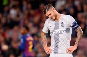 Kapten Inter Mauro Icardi tertunduk lesu setelah timnya kalah, sekaligus  laju tujuh kemenangan beruntun klub Italia itu di semua kompetisi harus terhenti di Camp Nou.