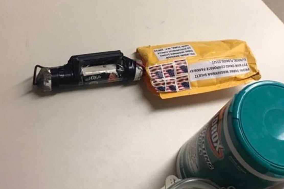 Gambar yang diperoleh dari CNN menunjukkan benda yang dicurigai sebagai bahan peledak yang diterima di biro CNN di New York City pada 24 Oktober 2018. Perangkat ini ditujukan untuk mantan Direktur CIA John Brennan. Sebelumnya, paket sejenis juga dikirim ke kediaman miliarder George Soros.