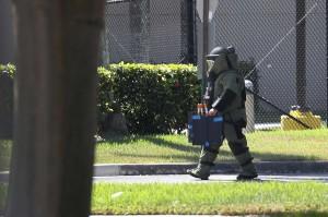Menurut petugas, paket bom pipa tersebut dibungkus dalam amplop besar dan tercantum alamat pengirim bernama 'Debbie Wasserman Shultz', yang merupakan wakil rakyat dari Partai Demokrat.