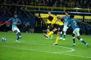 Dortmund yang belum terkalahkan di semua kompetisi musim ini membuka keunggulan lewat Axel Witsel pada menit ke-38 melalui sepakannya yang terdefleksi.