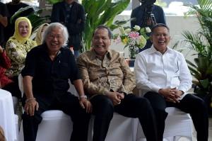 Ketua DPR Bambang Soesatyo (kanan) bersama pemilik CT Corp Chairul Tanjung (tengah) dan wartawan dan politisi senior Panda Nababan berbincang saat peluncuran buku di Gedung Nusantara II DPR, Kompleks Parlemen Senayan, Jakarta.