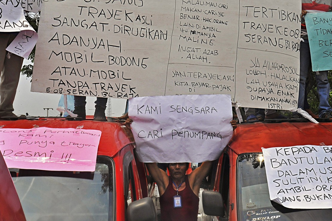 Mereka mendesak Pemprov setempat agar menerbitkan peraturan daerah untuk mengatur daerah kerja angkutan reguler dan yang berbasis online agar tidak tumpang tindih dan saling merugikan.