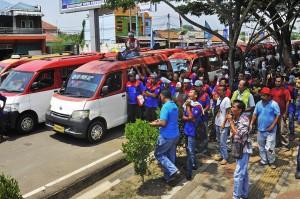 Sejumlah sopir angkot jurusan Serang-Balaraja berunjuk rasa memprotes makin maraknya angkutan berbasis online di depan Kantor Gubernur Banten, di Serang.