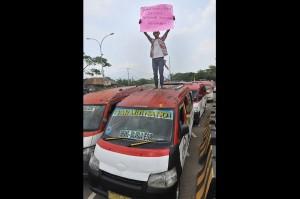 Sopir angkot jurusan Serang-Balaraja saat berunjuk rasa memprotes makin maraknya angkutan berbasis online di depan Kantor Gubernur Banten.