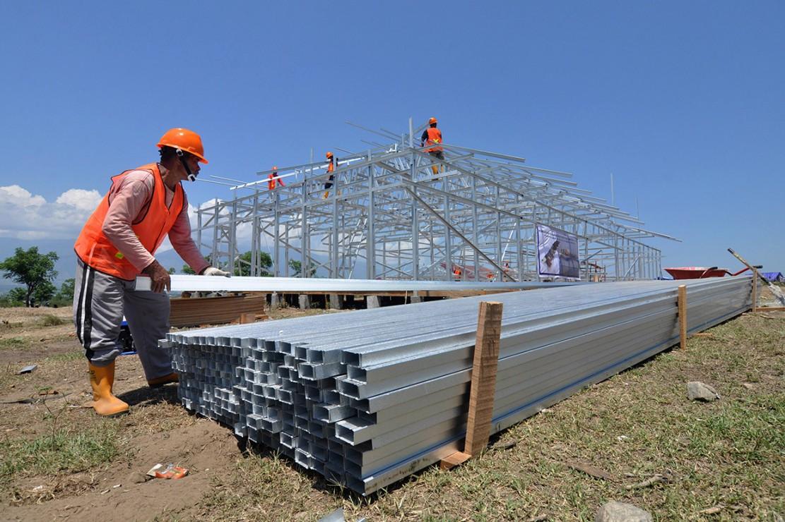 Sejumlah pekerja membangun hunian sementara (huntara) di Petobo, Palu, Sulawesi Tengah.