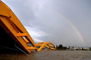 Sementara itu, jembatan kuning yang menjadi ikon Kota Palu, akan direkonstruksi dari tempat ambruknya agar tidak menghalangi arus sungai yang berada di bawahnya.