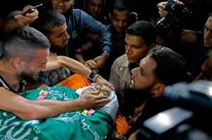 Warga Palestina memakamkan jenazah Muntazer Mohammed al-Baz di kamp pengungsi Nusseirat, Jalur Gaza, Rabu, 24 Oktober waktu setempat.