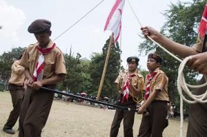 Sejumlah anggota Pramuka bermain ketangkasan saat perkemahan Pramuka Berkebutuhan Khusus di Taman Pramuka, Bandung, Jawa Barat.