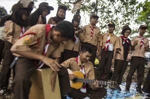 Sejumlah anggota Pramuka berlatih kekompakan saat perkemahan Pramuka Berkebutuhan Khusus di di Taman Pramuka, Bandung, Jawa Barat.