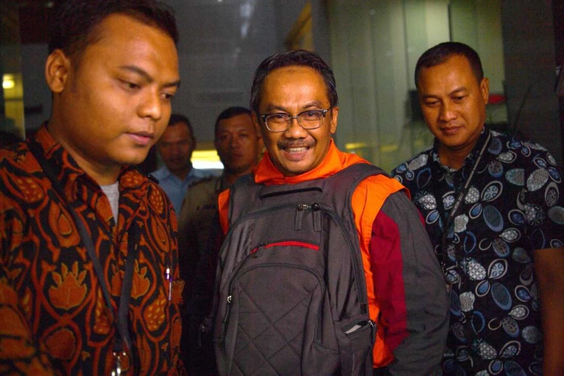 Senyum Tersangka OTT Bupati Cirebon Saat akan Ditahan