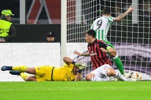 Betis yang mengendalikan permainan akhirnya membuka keunggulan pada menit 30 melalui gol Toni Sanabria menyelesaikan umpan matang Giovani Lo Celso. Betis unggul 1-0 atas Milan.