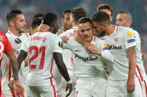 Klub Spanyol Sevilla membuka keunggulan saat pertandingan baru berjalan tujuh menit melalui gol yang dibukukan Roque Mesa menyelesaikan umpan Luis Muriel.