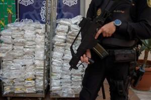 Polisi Spanyol menjaga enam ton kokain yang diselundukan di Malaga, Spanyol, Kamis, 25 Oktober waktu setempat.