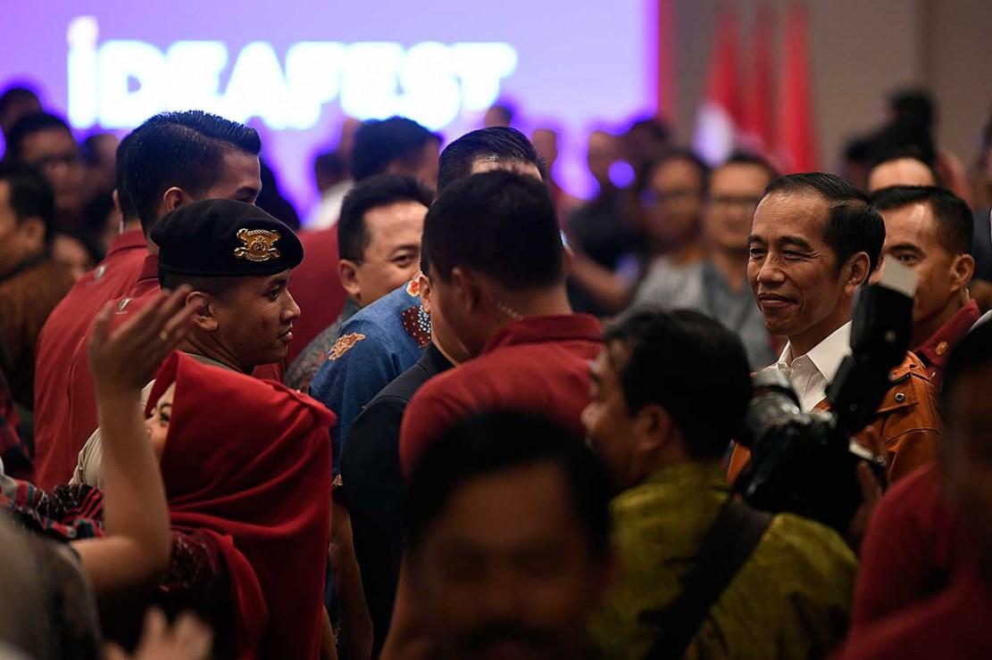 Jaket yang langsung dipakai sepanjang acara itu buatan AMW Rain Coat dari Bandung dan dibeli seharga Rp499 ribu di salah satu 'counter' pada pameran mulai digelar 26 hingga 27 Oktober 2018 tersebut.