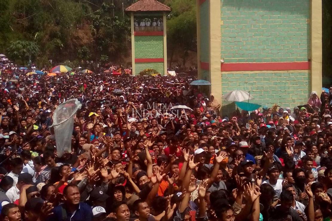 Ribuan warga berkumpul untuk memperebutkan apem yang disebar para tetua pada upacara perayaan Yaqowiyu di Lapangan Sendang Plaympeyan, Jatinom, Jumat, 26 Oktober 2018. MI/Djoko Sardjono