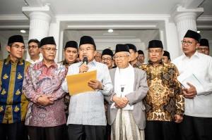 Wapres Jusuf Kalla (ketiga kiri), didampingi mantan Rais Aam PBNU Ma'ruf Amin (ketiga kanan), Ketua Umum Pengurus Besar Nahdlatul Ulama (PBNU) Said Agil Siradj (kedua kanan), Ketua Umum Pimpinan Pusat Muhammadiyah Haedar Nashir (kedua kiri), Ketua Umum Lajnah Tanfidziyah Syarikat Islam (SI) Indonesia Hamdan Zoelva (kiri), dan Menteri Agama Lukman Hakim (kanan) menyampaikan hasil pertemuan para ormas terkait peristiwa pembakaran bendera bertuliskan kalimat tauhid, di Rumah Dinas Wakil Presiden, Jakarta, Jumat, 26 Oktober 2018.