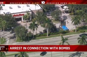 Cesar Sayoc dibawa ke kantor FBI di Florida setelah ditangkap oleh petugas kepolisian di mobil vannya di luar sebuah pusat perbelanjaan, Jumat, 26 Oktober waktu setempat. Departemen Kehakiman mengungkap DNA dan sidik jari Sayoc ditemukan di sejumlah paket berisi bom. Temuan ini membantu petugas setelah empat hari melakukan investigasi.