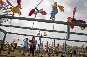 Ratusan kincir angin berbagai jenis dari ukuran mulai yang kecil hingga terbesar dipamerkan dalam acara yang berlangsung hingga 28 Oktober tersebut.