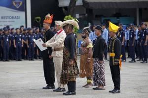 Siswa Akademi Bela Negara Partai NasDem dengan menggunakan pakaian adat berbagai daerah membacakan teks naskah Sumpah Pemuda ketika mengikuti upacara peringatan Sumpah Pemuda di Kampus ABN Partai NasDem, Jakarta.