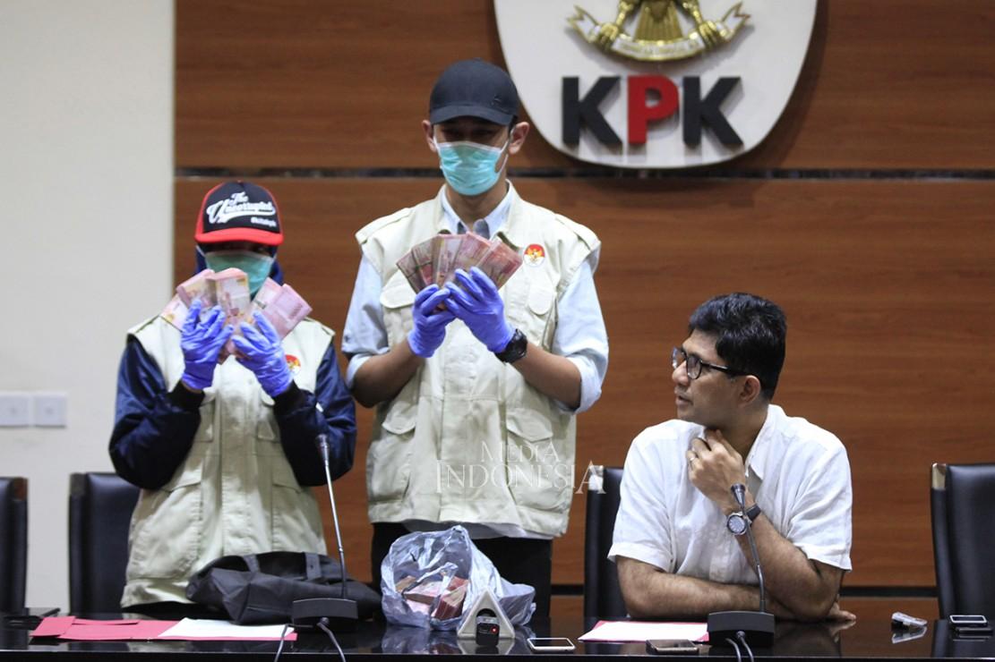 Selain itu, KPK juga mengamankan uang senilai Rp 240 Juta terkait diduga menerima uang suap dari perusahaan sawit terkait pembuangan limbah pengolahan sawit.