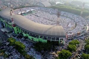 Foto udara ribuan warga Nahdliyin mengikuti Istighosah Kubro di Gelora Delta Sidoarjo, Jawa Timur.